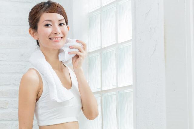 運動で汗をかく女性